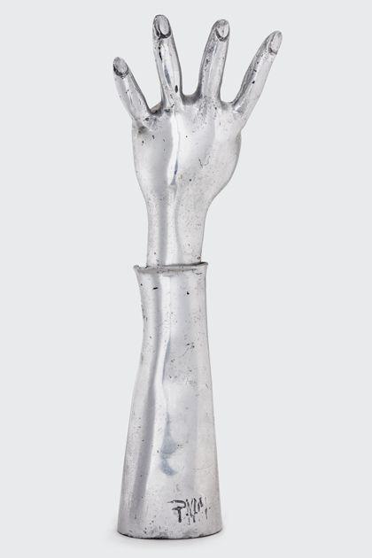 Aluminiumplastik eines nach oben gerichteten Unterarms mit geöffneter Hand, mit Ritzsignatur PvM