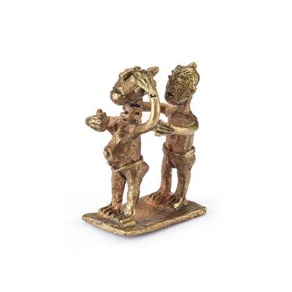 Nachguss eines Aschanti Goldgewichtes. Dargestellt werden ein Mann, der hinter einer schwangeren Frau steht. Sie hält in der rechten Hand ein Ei.