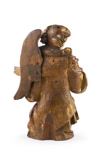 Rückseite der Holzfigur eines knienden Engels.