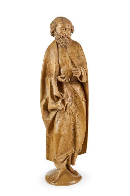 Holzskulptur des stehenden Apostels Petrus.