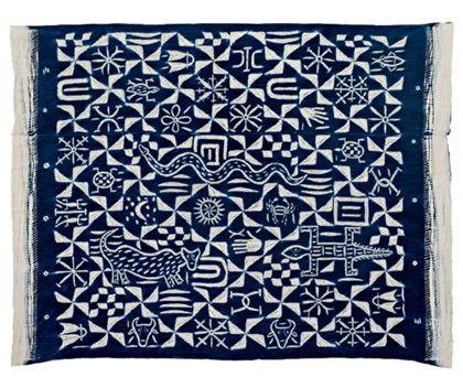 Aus Garn gefertigtes Tuch, das aus zwei Stoffbahnen besteht, die mit Doppelnaht zusammengenäht sind. Das Tuch wurde nach dem Zusammennähen in indigoblau in Abnähtechnik gefärbt. Die Muster des Tuchs bestehen aus geometrischen Motive und figürlichen Darstellungen.