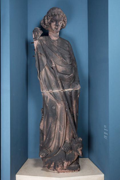 Sandsteinfigur des Heiligen Michael mit Speer, auf einem Drachen stehend.