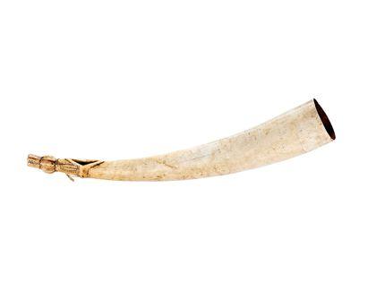 Signalhorn aus Elfenbein. Am das beschnitzte Mundstück befindet sich am spitzzulaufenden Ende.