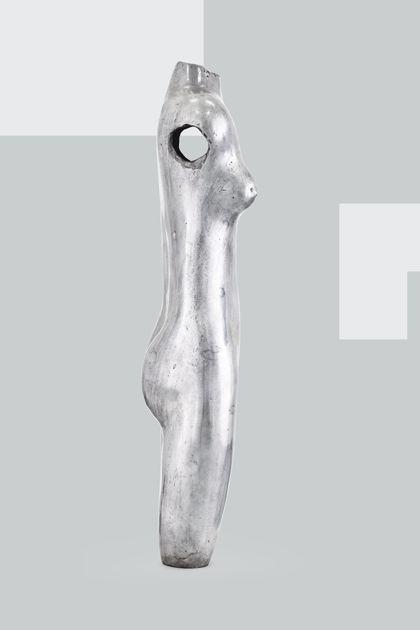Weiblicher Akttorso aus poliertem Aluminium, Seitenansicht nach rechts