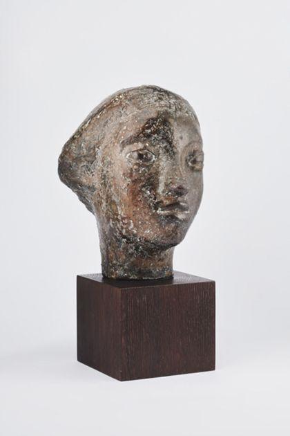 Bronzekopf einer jungen Frau mit mandelförmigen Augen und kurzem Haar auf Holzsockel