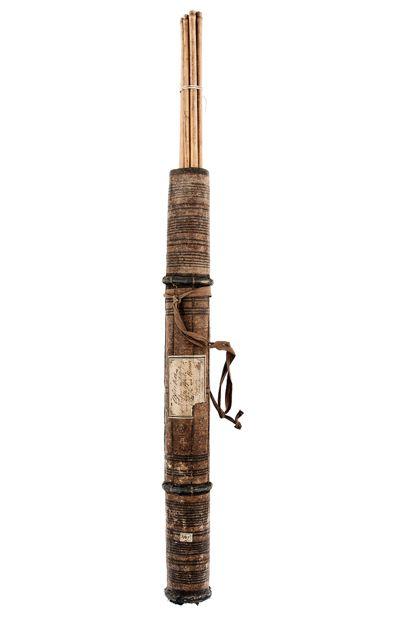 Holzköcher mit Stoff bespannt und bemalt. Im Köcher befinden sich 10 Pfeile mit Eisenspitzen und Rohrschäften.