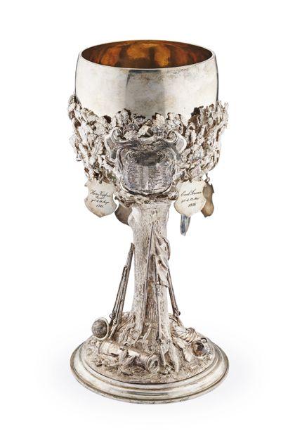 Silberner mit Blatt- und Wurzelwerk geschmückter Kelch.