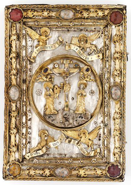 Der silberne, teils vergoldete Buchdeckel ist mit Jaspissen, Bergkristallen und Halbedelsteinen verziert und zeigt mittig die Kreuzigung Christi sowie in den Ecken die Evangelistensymbole.