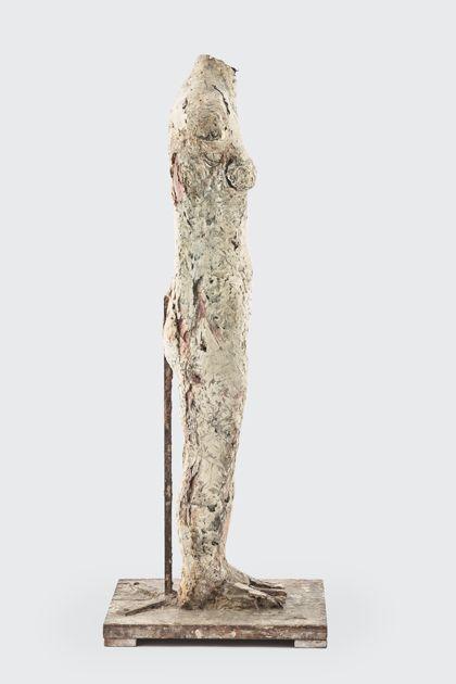 Weiblicher Torso aus Gips mit Bearbeitungsspuren, Seitenansicht nach rechts
