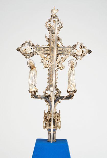 Reich verzierte, teilvergoldete Silberschmiedearbeit eines Kruzifixes, Rückseite.