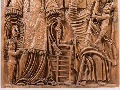 Relieftafel eines Flügelaltars mit der Darstellung von Laurentius und Jakobus dem Älteren, Detail der unteren Partie.