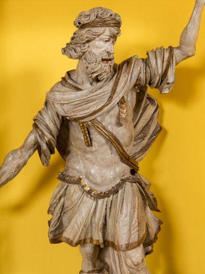 Überlebensgroße, monochrom hell gefasste Skulptur des Samson als Kanzelträger in römisch-antiker Soldatenbekleidung, Detail.