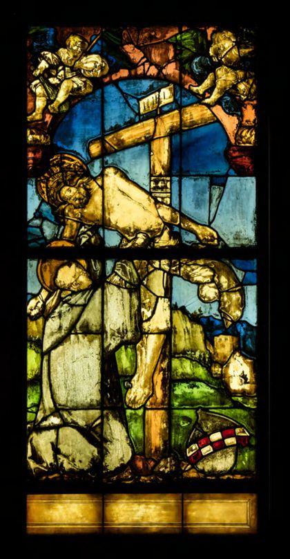 Kirchenfenster mit der Darstellung des heiligen Bernhard von Clairvaux, der vom Gekreuzigten umarmt wird.