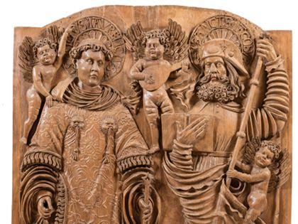 Relieftafel eines Flügelaltars mit der Darstellung von Laurentius und Jakobus dem Älteren, Detail der oberen Partie.