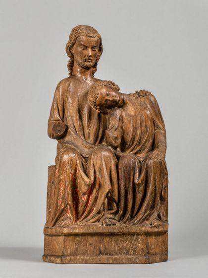 Christus und Johannes sitzen dicht nebeneinander. Johannes hat seinen Kopf an die Brust Jesu gelehnt. Dieser hat eine Hand auf seine Schulter gelegt.