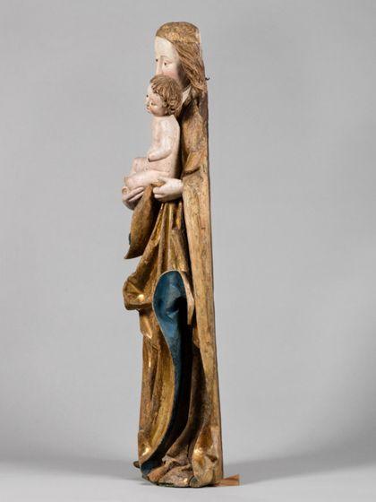 Gefasste Holzskulptur der stehenden Muttergottes mit Kind, Seitenansicht von rechts.