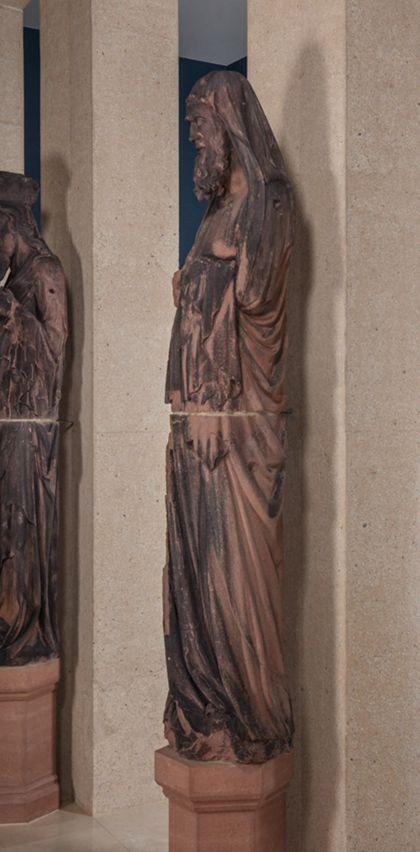 Weit überlebensgroße Sandsteinfigur eines schmalen, in den Proportionen gelängten Propheten ohne Attribut, Seitenansicht von rechts.