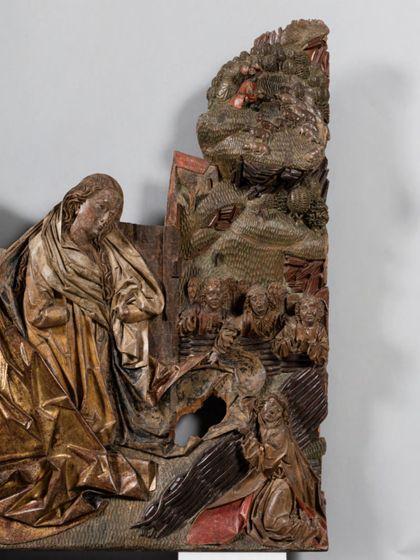 Fragmentarisch erhaltene Reliefdarstellung der Geburt Christi. Verloren ist die Hintergurndarchitektur und das Christuskind im Vordergrund, Detail.