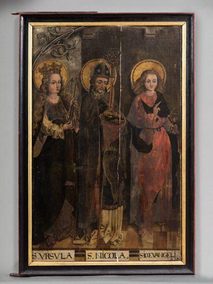 In schreinartigem Gehäuse mit Fliesenboden stehen von links nach rechts die Heiligen Ursula, Nikolaus und Johannes Evangelist.