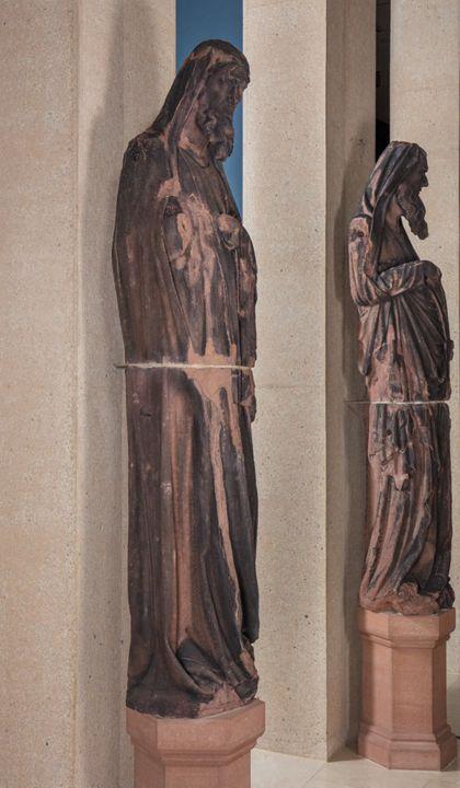 Weit überlebensgroße Sandsteinfigur eines schmalen, in den Proportionen gelängten Propheten ohne Attribut, Seitenansicht von links.