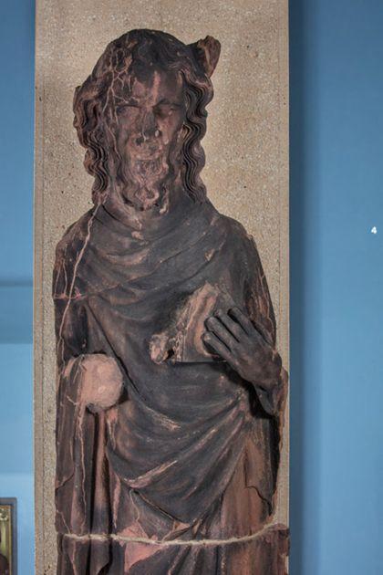 Weit überlebensgroße Sandsteinfigur des schmalen, in den Proportionen gelängten Propheten Moses, Detail des Oberkörpers.