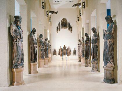 Blick in die Skulpturenhalle des Augustinermuseums mit jeweils 5 übermannsgroßen Münsterphopheten zu beiden Seiten des ehemaligen Kirchenschiffs.