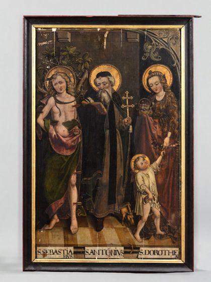 In schreinartigem Gehäuse mit Fliesenboden stehen von rechts nach links die Heiligen Dorothea, Antonius und Sebastian mit ihren Attributen.