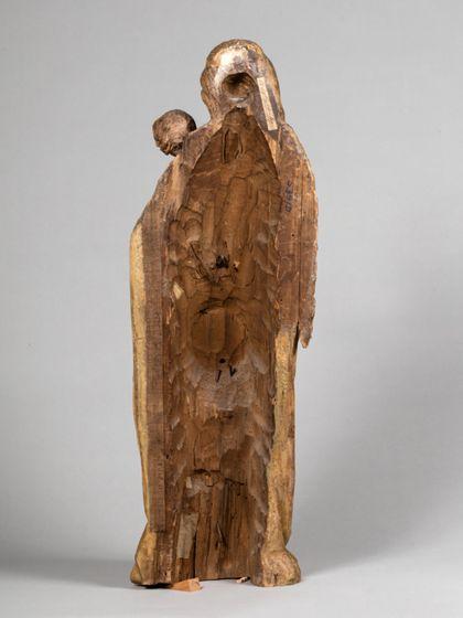 Gefasste Holzskulptur der stehenden Muttergottes mit Kind, Ansicht der ausgehöhlten Rückseite.