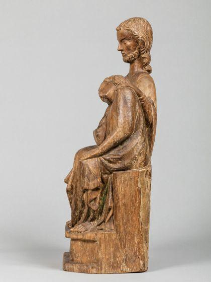 Christus und Johannes sitzen dicht nebeneinander. Johannes hat seinen Kopf an die Brust Jesu gelehnt. Dieser hat eine Hand auf seine Schulter gelegt. Seitenansicht von rechts.