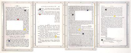 Vier aneinander gereihte Blätter mit schwarzer Schrift und eingestreuten bunten Kreuzen