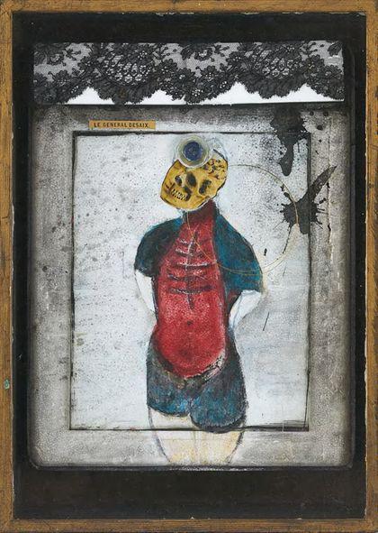 Menschliche Figur mit nach oben gerichtetem, halb schädelsichtigem Kopf und hinter dem Rücken verschränkten Armen, überfangen von einer schwarzen Spitzenborte. In hellem Holzrahmen