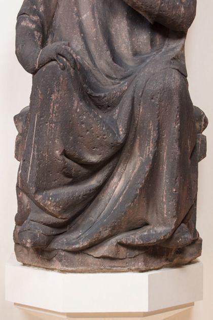 Sitzender Graf mit Stirnreif aus Sandstein, Detail der unteren Partie des Skulptur.