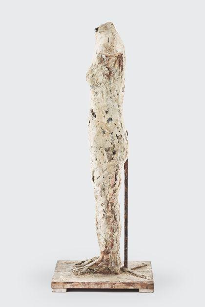 Weiblicher Torso aus Gips mit Bearbeitungsspuren, Seitenansicht nach links