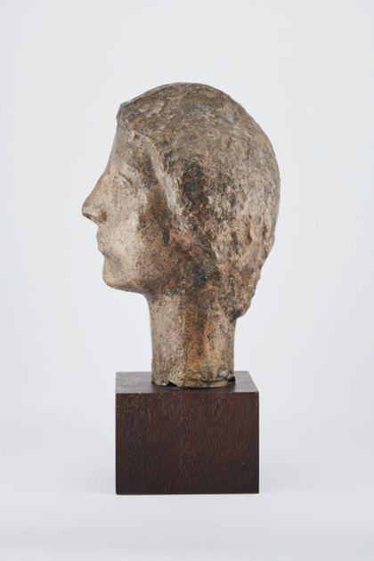 Bronzekopf einer jungen Frau oder eines jungen Mannes auf Holzsockel, Seitenansicht nach links