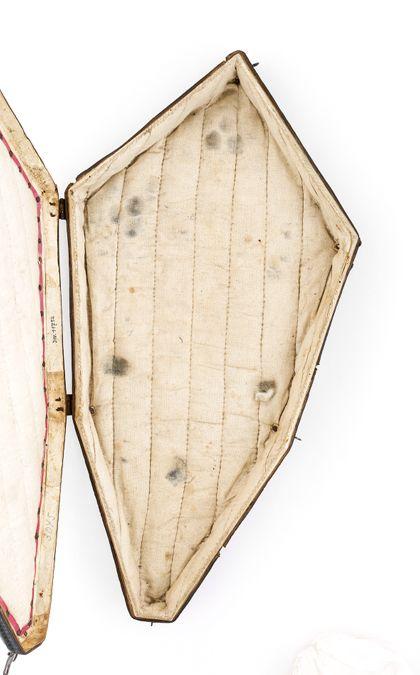 Futteral aus Leder, in dem das Oberteil des Kreuzes aufbewahrt werden konnte, geöffneter Zustand.