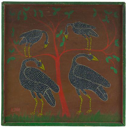Quadrat oder Tingatingabil, auf dem vier Vögel abgebildet sind. Zwei große Vögel stehen im Gras, zwei kleine Vögel sitzen auf einem Baum.