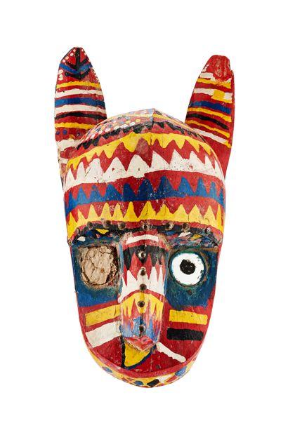 Helmmaske, aus hellem Holz geschnitzt und mit Lackfarbe gefaßt.
