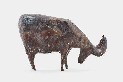 Bronze einer Gemse mit gesenktem Kopf, Seitenansicht nach rechts