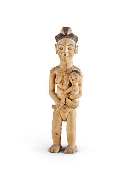 Frau mit Kind aus hellem Holz geschnitzt. Die Frisuren der Frau und des Kindes sind schwarz bemalt, ebenso die Augenbrauen und die Lid-Ränder.
