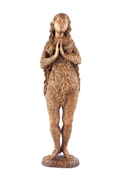 Vollrund gearbeitete Skulptur der heiligen Maria Magdalena im Haarkleid, Frontansicht.