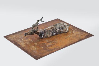 Rentierkörper aus Metall ohne Beine auf Platte montiert, Ansicht von oben