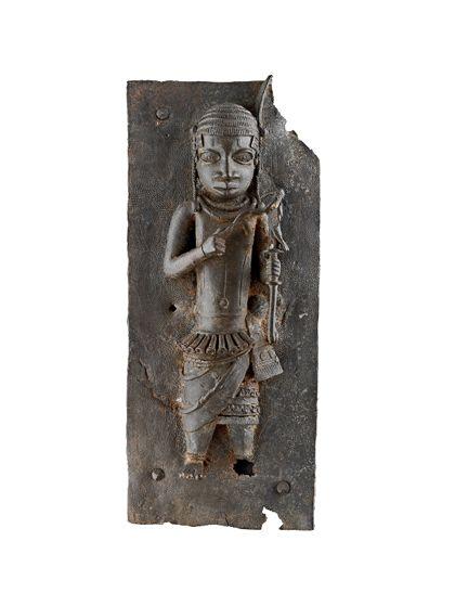 Bronze-Hochrelief mit einer Figur, die in der linken Hand einen Stab mit einem Vogel hält, in der rechten Hand einen Zweig.