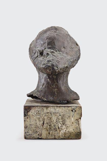 Bronzekopf mit Hut auf Holzsockel, Rückansicht