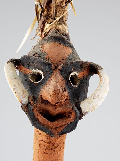 Die Temes-Nevinbur-Figur ist aus Tonerde modelliert und mit ornamentalen Mustern schwarz und weiß bemalt. Die Arme sind  vom Körper abgespreizt. Von dem Mundwinkeln zu den Augenbrauen ist jeweils ein Eberzahn angebracht.