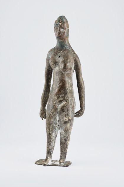Bronzefigur eines stehenden weiblichen Aktes mit langem Haar auf schmaler Standplatte