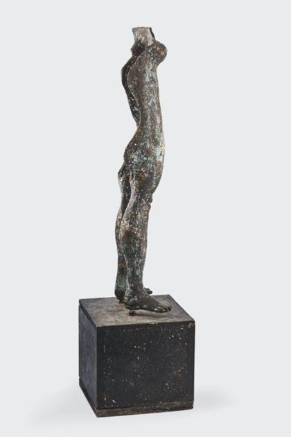 Bronzeplastik eines stehenden weiblichen Torso auf Holzsockel, Seitenansicht nach rechts