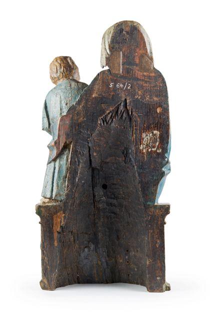 Gefasste Holzskulptur der thronenden Muttergottes, die das seitlich neben ihr auf der Bank stehende Jesuskind im Arm hält, Ansicht der Rückseite.