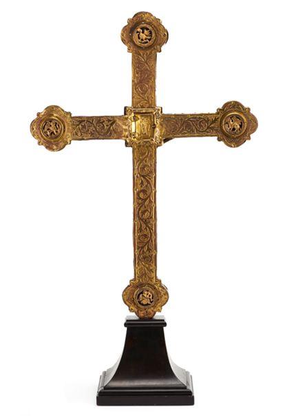 Rückseite des Vortragekreuzes mit Releifmedaillons der Evangelistensymbole auf den dreipassförmigen Balkenenden. Mittig eingefügt ein kleines Reliquiar.