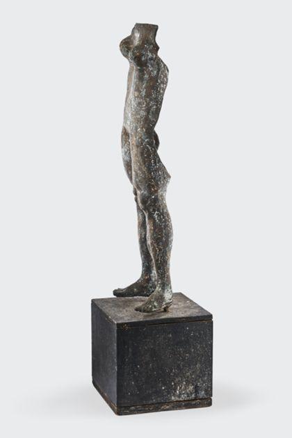 Bronzeplastik eines stehenden weiblichen Torso auf Holzsockel, Seitenansicht nach links
