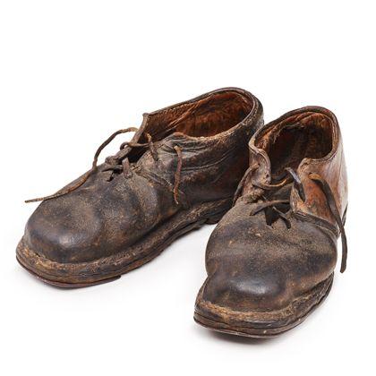 Historische Schnürschuhe aus braunem Leder.